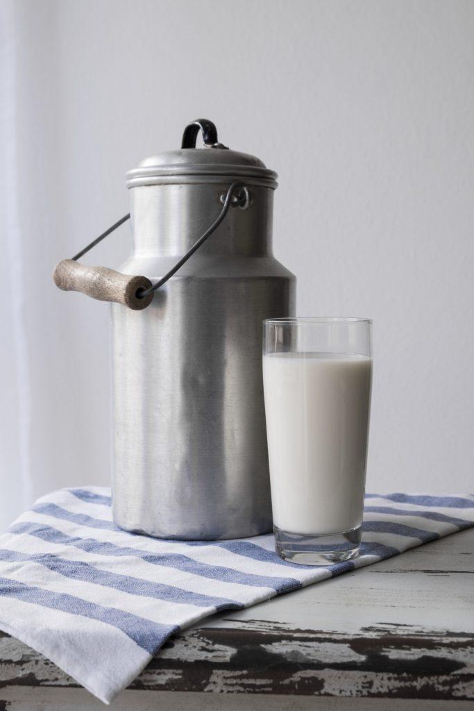 """Lait et produits laitiers  """"Les vaches à la rue""""  Myriam Chevillon, Langan  En conversion à l'Agriculture Biologique"""